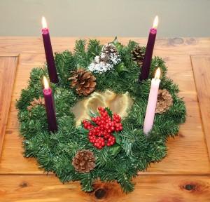 Чатыры свечкi у калядным вянку з яловых галінак.